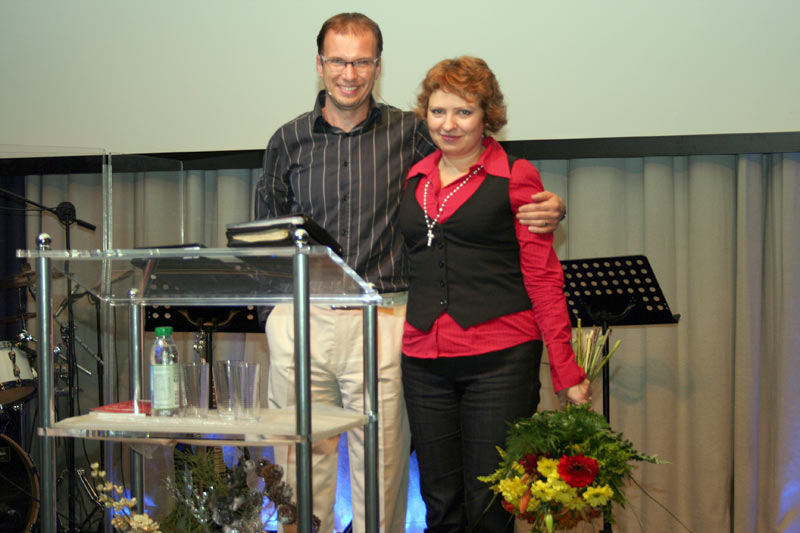 Pastorenehepaar-mit-Bl_men--11-Jahre